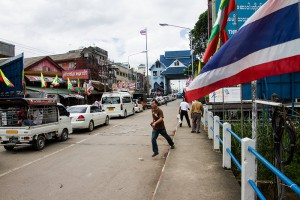 cars quing up to get back into Thailand